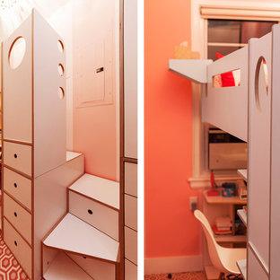 Immagine di una piccola cameretta per bambini contemporanea con pareti rosa e moquette