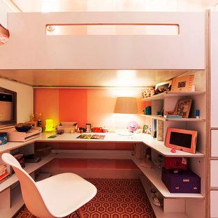 Bild på ett litet funkis barnrum kombinerat med sovrum, med rosa väggar och heltäckningsmatta