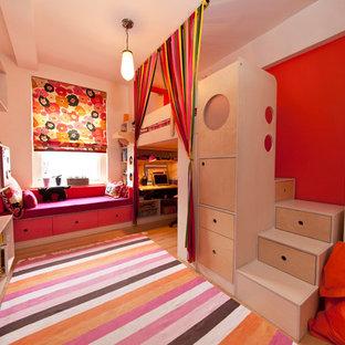 Foto på ett litet funkis barnrum kombinerat med sovrum, med flerfärgade väggar och ljust trägolv