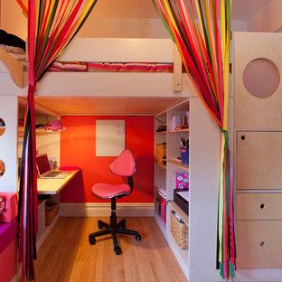 На фото: с высоким бюджетом маленькие детские в современном стиле с спальным местом, разноцветными стенами и светлым паркетным полом для подростка, девочки