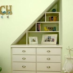 Ispirazione per una cameretta per bambini minimalista con pareti verdi e pavimento in legno massello medio