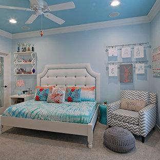 На фото: детская среднего размера в стиле современная классика с спальным местом, синими стенами и ковровым покрытием для подростка, девочки с
