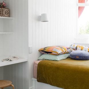 Diseño de dormitorio infantil marinero, pequeño, con paredes blancas, moqueta y suelo verde