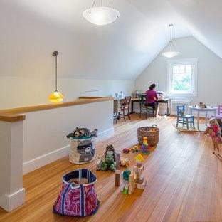 Inspiration för ett mellanstort lantligt könsneutralt barnrum kombinerat med lekrum och för 4-10-åringar, med vita väggar och mellanmörkt trägolv
