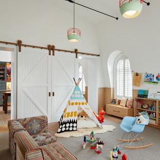 Idée de décoration pour une très grand chambre d'enfant de 4 à 10 ans tradition avec un mur blanc, moquette et un sol gris.