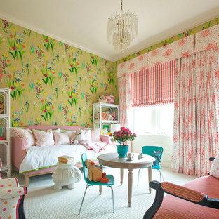 Esempio di un'ampia cameretta per bambini tradizionale con pareti multicolore e moquette