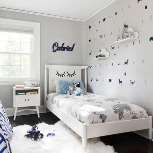 ニューヨークの小さいトランジショナルスタイルのおしゃれな子供部屋 (グレーの壁、濃色無垢フローリング、茶色い床) の写真