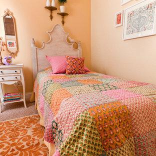 Kleines Mediterranes Kinderzimmer mit Schlafplatz, Teppichboden und oranger Wandfarbe in Chicago