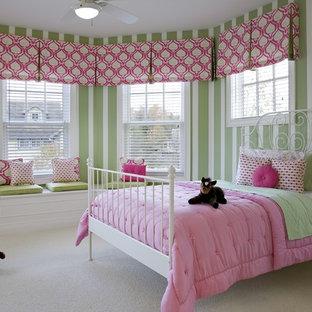 Cette image montre une chambre d'enfant de 4 à 10 ans traditionnelle avec moquette et un mur multicolore.
