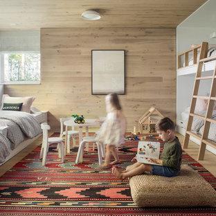 Réalisation d'une chambre d'enfant de 4 à 10 ans minimaliste avec un mur beige, un sol en bois clair et un sol beige.