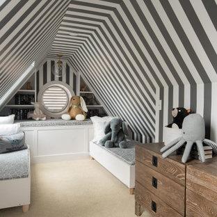 Exempel på ett klassiskt könsneutralt småbarnsrum kombinerat med sovrum, med flerfärgade väggar, heltäckningsmatta och beiget golv