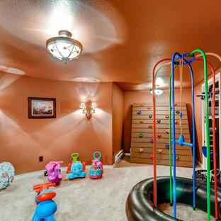 Idee per una cameretta per bambini da 4 a 10 anni classica di medie dimensioni con pareti arancioni e moquette