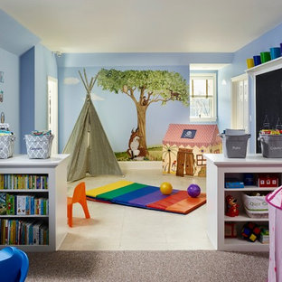 Idéer för ett mycket stort klassiskt könsneutralt barnrum kombinerat med lekrum och för 4-10-åringar, med blå väggar