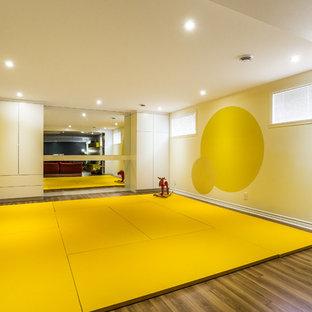 Foto de dormitorio infantil de 4 a 10 años, contemporáneo, grande, con paredes amarillas y suelo amarillo