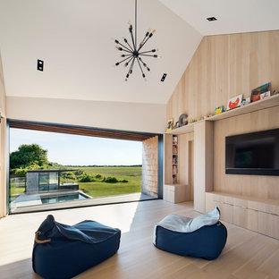 Diseño de dormitorio infantil de 4 a 10 años, moderno, con paredes beige, suelo de madera clara y suelo beige