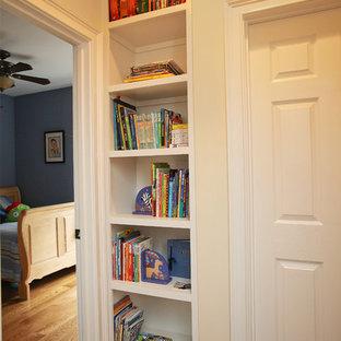 Modelo de dormitorio infantil de 4 a 10 años, de estilo americano, con suelo de madera oscura y paredes multicolor