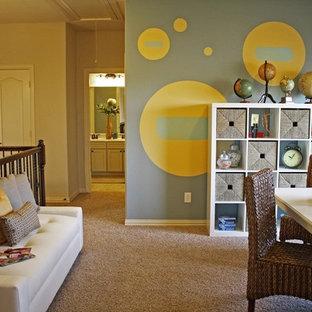 Idee per una cameretta per bambini boho chic con moquette e pareti multicolore