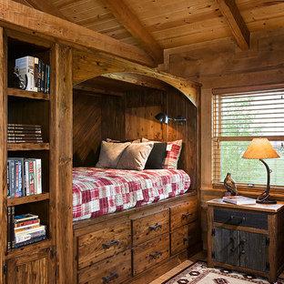 Ejemplo de dormitorio infantil de 4 a 10 años, tradicional, de tamaño medio, con paredes marrones, suelo de madera en tonos medios y suelo marrón