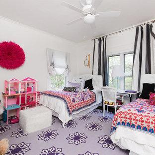 Bild på ett mellanstort eklektiskt flickrum kombinerat med sovrum och för 4-10-åringar, med vita väggar, heltäckningsmatta och lila golv