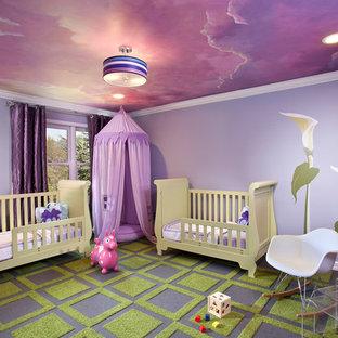Inredning av ett modernt barnrum, med lila väggar och flerfärgat golv