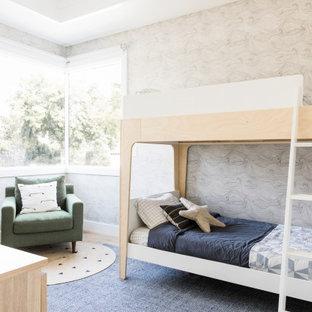 Idéer för små nordiska pojkrum kombinerat med sovrum och för 4-10-åringar, med ljust trägolv och brunt golv