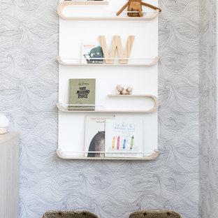 Источник вдохновения для домашнего уюта: маленькая детская в скандинавском стиле с спальным местом, светлым паркетным полом, коричневым полом, кессонным потолком и обоями на стенах для ребенка от 4 до 10 лет, мальчика