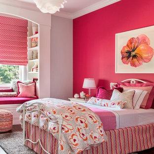 Inspiration för mellanstora klassiska barnrum kombinerat med sovrum, med rosa väggar