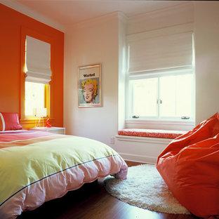 Esempio di una cameretta per bambini minimal con parquet scuro e pareti multicolore