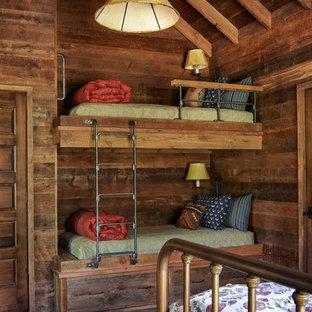 Imagen de dormitorio infantil rural con paredes marrones, suelo marrón y suelo de madera oscura