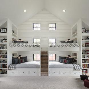 Bild på ett lantligt barnrum kombinerat med sovrum, med vita väggar, heltäckningsmatta och beiget golv