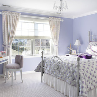 Ispirazione per una cameretta per bambini da 4 a 10 anni eclettica di medie dimensioni con moquette e pareti viola