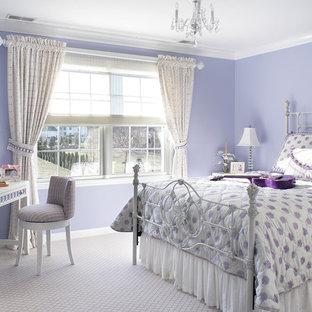 На фото: детская среднего размера в стиле фьюжн с спальным местом, ковровым покрытием и фиолетовыми стенами для ребенка от 4 до 10 лет, девочки
