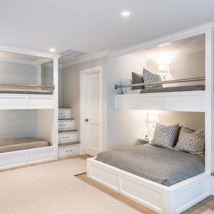 Ejemplo de dormitorio infantil de 4 a 10 años, marinero, de tamaño medio, con paredes grises, suelo de madera clara y suelo beige