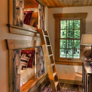 Idéer för att renovera ett rustikt barnrum, med beige väggar och mörkt trägolv