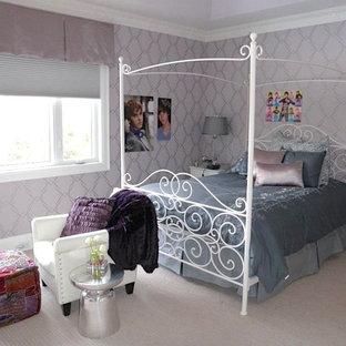 Imagen de dormitorio infantil romántico, grande, con paredes púrpuras, moqueta y suelo blanco