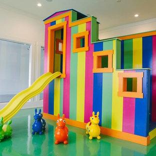 Maritim inredning av ett mycket stort könsneutralt barnrum kombinerat med lekrum, med vita väggar, betonggolv och grönt golv
