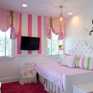 Ispirazione per una cameretta per bambini da 1 a 3 anni vittoriana di medie dimensioni con pareti rosa e moquette