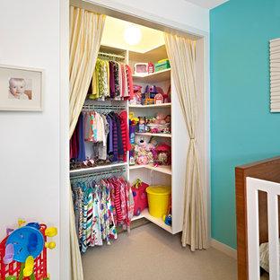 Modelo de habitación de niña contemporánea, pequeña, con moqueta y paredes multicolor