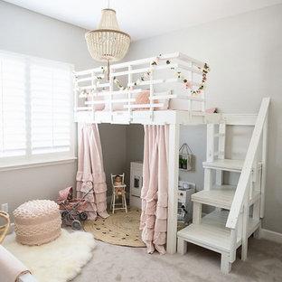 Inspiration pour une chambre de fille de 1 à 3 ans style shabby chic de taille moyenne avec un mur gris, moquette, un sol beige et un bureau.