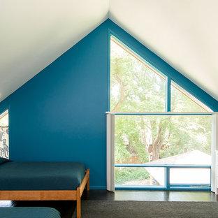 Ejemplo de dormitorio infantil retro con paredes azules, suelo de madera oscura y suelo negro