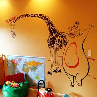 Foto på ett stort tropiskt könsneutralt småbarnsrum kombinerat med lekrum, med heltäckningsmatta och flerfärgade väggar