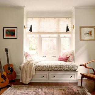 Diseño de dormitorio infantil clásico renovado con paredes beige y suelo de madera oscura