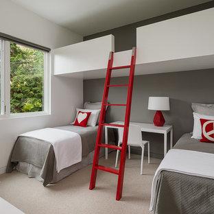 Ispirazione per una cameretta per bambini da 4 a 10 anni moderna di medie dimensioni con pareti grigie, moquette e pavimento beige