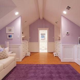 Ejemplo de dormitorio infantil clásico, de tamaño medio, con paredes púrpuras y suelo de linóleo