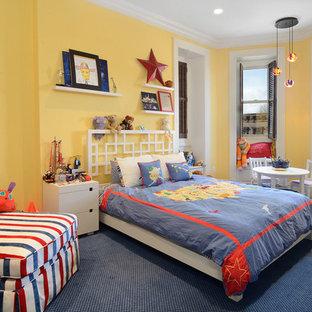 Klassisches Kinderzimmer mit Schlafplatz, gelber Wandfarbe, Teppichboden und blauem Boden in New York
