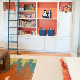 Mittelgroßes, Neutrales Klassisches Kinderzimmer mit Spielecke, beiger Wandfarbe und Teppichboden in Seattle