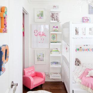 Idée de décoration pour une petit chambre d'enfant de 4 à 10 ans vintage avec un mur blanc et un sol en bois brun.