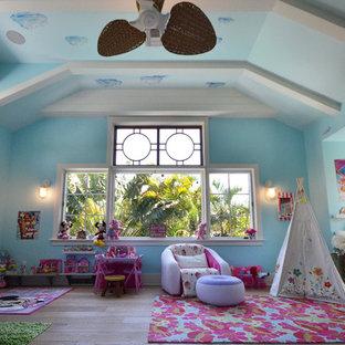 Foto di una cameretta per bambini da 4 a 10 anni stile marinaro di medie dimensioni con pareti blu e pavimento in legno massello medio