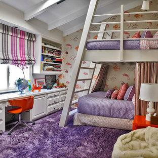 Réalisation d'une chambre d'enfant tradition avec un mur multicolore, moquette et un sol violet.