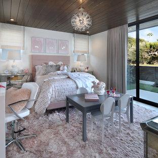 Foto på ett stort funkis flickrum kombinerat med sovrum och för 4-10-åringar, med vita väggar, heltäckningsmatta och rosa golv